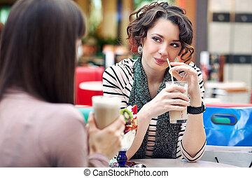 dois, mulheres jovens, tendo almoço, partir, junto