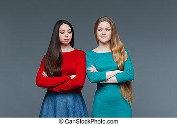 dois, ofendido, namorada, olhando um ao outro