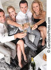 dois, pares jovens, com, flautas champanha