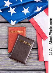 dois, passaportes, e, americano, flag.