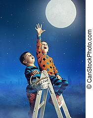 dois, pequeno, irmãos, pegando, lua