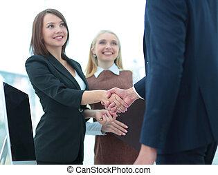 dois, pessoas negócio, apertar mão, com, um ao outro, em, escritório