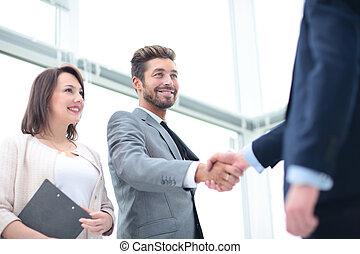 dois, pessoas negócio, apertar mão, e, olhando um ao outro, com