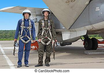 dois, piloto militar, em, um, capacete, perto, a, aeronave