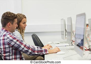 dois, sério, estudantes, trabalhar computador