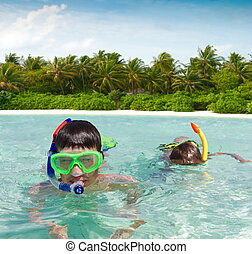 dois, snorkeling, crianças