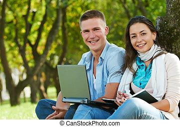 dois, sorrindo, jovem, estudantes, ao ar livre