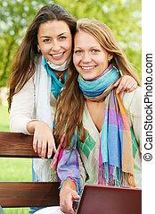 dois, sorrindo, meninas jovens, ao ar livre