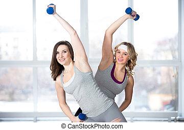 dois, sporty, jovem, fêmeas, tendo, aeróbica, prática, com, dumbbells