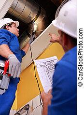 dois, trabalhadores, inspeccionando, sistema ventilação