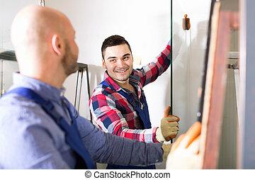 dois, trabalhadores, trabalhando, com, vidro