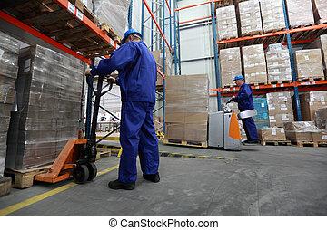 dois, trabalhadores, trabalhando, em, storehouse