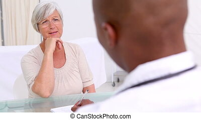 dojrzała kobieta, słuchający, do, jej, practitioner