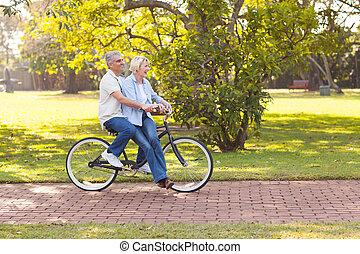 dojrzała para, cieszący się, przejażdżka roweru