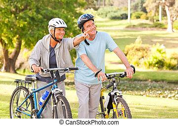 dojrzała para, z, ich, rowery
