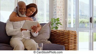 dojrzały, czarna para, dom, cyfrowy, prospekt, wygodny, używając, tabliczka, 4k, przód, szczęśliwy
