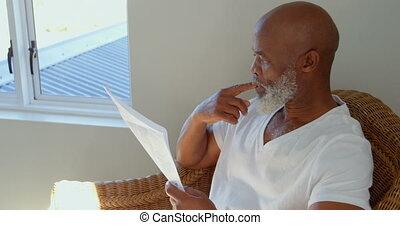 dojrzały, czarnoskóry, dom, gazeta, widok budynku, czytanie, człowiek, 4k