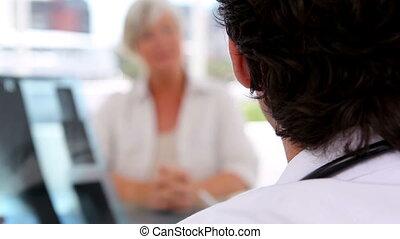 dojrzały doktor, objaśnienia, kobieta, słuchający