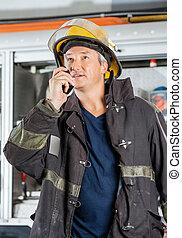 dojrzały, strażak, ogień stacja, talkie, używając, walkie
