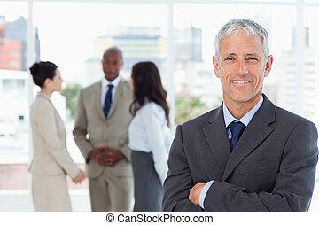 dojrzały, uśmiechanie się, dyrektor, przejście, jego, herb...