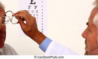 doktor, anprobe, brille, an, elde