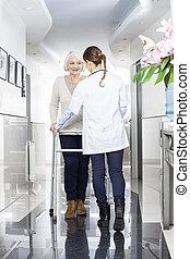 doktor, assistieren, älter, patient, mit, gehhilfe, in, rehabilitation, zentrieren