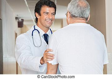 doktor, assistieren, älterer mann