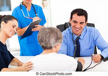 doktor, checking, senior, patient, blod tryk