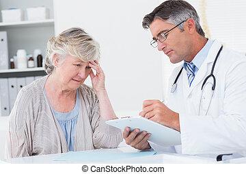 doktor, erklären, verordnung, zu, älter, patient