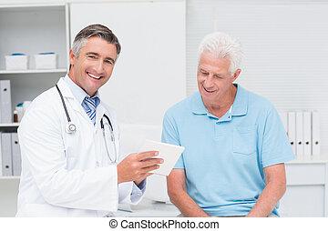 doktor, erklären, verordnung, zu, älterer mann