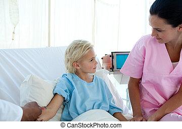 doktor, geben, impfstoff, zu, a, wenig, weibliche , patient