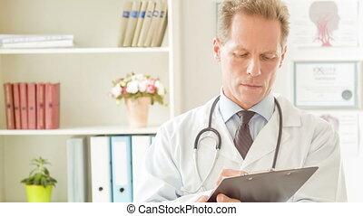 doktor, genuinely, writing., uśmiecha się, ostatni, po