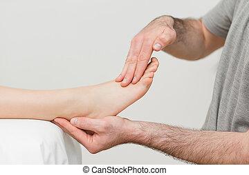 doktor, holde, den, fod, i, en, patient