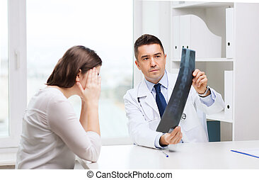doktor, mantel, schauen, lächeln, mann, weißes, röntgenaufnahme