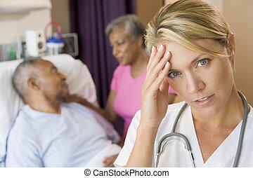 doktor, mit, kopfschmerzen, in, patienten, zimmer