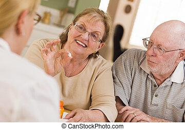 doktor, oder, krankenschwester, erklären, verordnungsmedizin, zu, aufmerksam, älter, ehepaar.