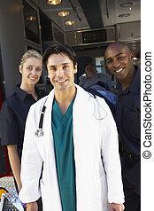 doktor, og, paramedics, beliggende, uden for, en, ambulance