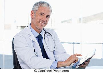 doktor, pracujący, uśmiechanie się, tabliczka, komputer