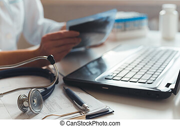 doktor, seine, röntgenaufnahme, arbeitsplatz, weibliche , tests., diagnostician, medizin, arbeiten, laptop, hospital.