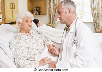 doktor, sprechende , mit, ältere frau, patient, in, klinikum