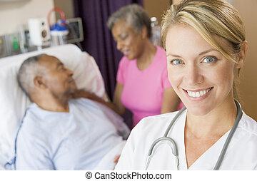 doktor, stehende , patienten, zimmer, lächeln