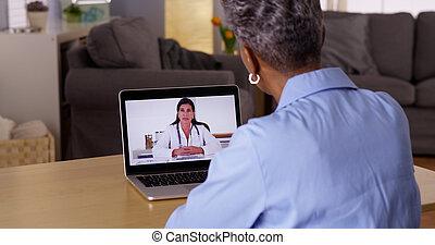 doktor, tales, senior, afrikansk kvinde, patient, hen, webcam