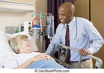 doktor, tales, senior kvinde, ligge seng sygehus