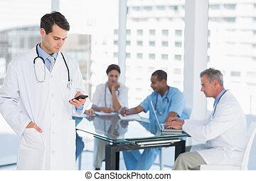 doktor, textmessaging, mit, gruppe, ungefähr, tisch, in,...