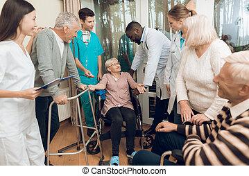 doktorn, är, prata, en, äldre kvinna, in, a, sjukvård, home.