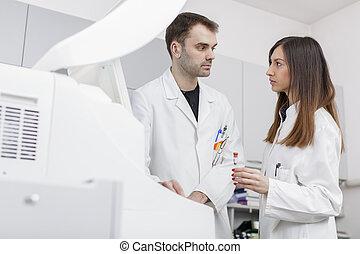 doktorn, in, den, nymodig, medicinsk, laboratorium