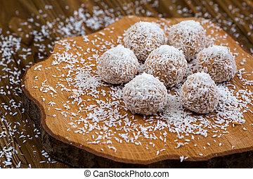 dolce, cioccolato, palle, in, noce di cocco, fiocchi, su, legno, fondo