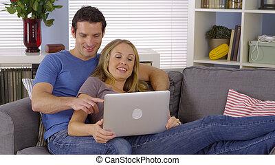 dolce, coppia, divano, laptop, seduta