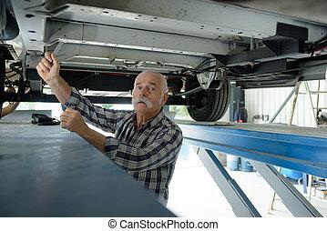 dolgozó, autó, garázs szerelő, alatt, idősebb ember
