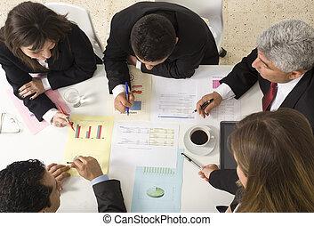 dolgozó, businesspeople, együtt, gyűlés, dokumentum, fejteget